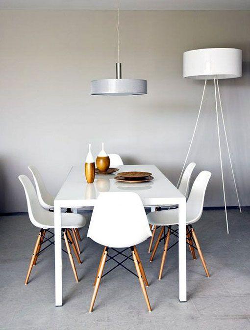 La sillas de eames combinadas con muebles blancos y madera