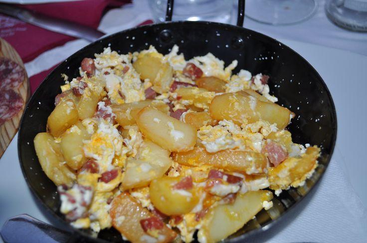 """Pocas cosas habrá más ricas que unos huevos rotos con patatas, en esta ocasión preparamos """"huevos cortijeros"""" huevos camperos. Un plato de ..."""