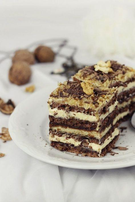 Prajitura cu nuci, ciocolata si crema de unt- straturi de blat cu cacao si nuci, crema fina de unt si strat de biscuiti, o adevarata incantare.