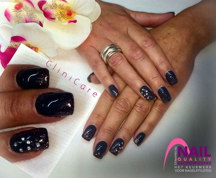 Stoere Acrylnagels met CND SHELLAC Asphalt, glitters en strass - Acrylic nails with CND SHELLAC Asphalt, glitter and crystals  - black grey graphite antraciet antracite zwart grijs @ CliniCare