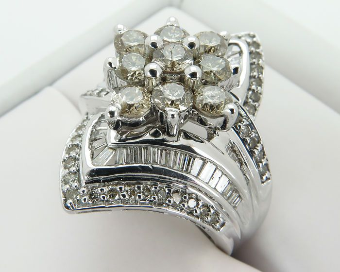 Witgouden diamanten ring met 99 diamanten - 2.29 karaat.