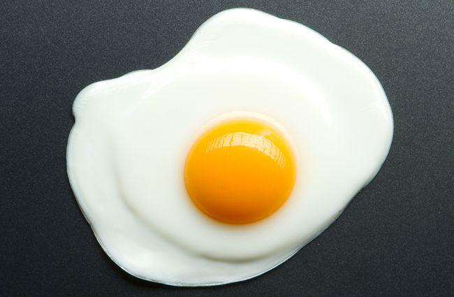 Le cholestérol du jaune d'œuf aurait les mêmes vertus que la fumée de cigarette.  Une étude canadienne publiée le 13 août dernier démontre que consommer trop de jaunes d'œuf serait presque aussi nocif pour les artères que la fumée de cigarette.