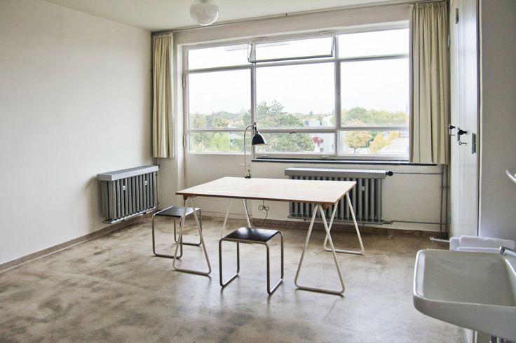 Bauhaus Dessau Minimalistické pokoje v legendárním německém Bauhausu se dají pronajmout http://art.ihned.cz/architektura/c1-61636220