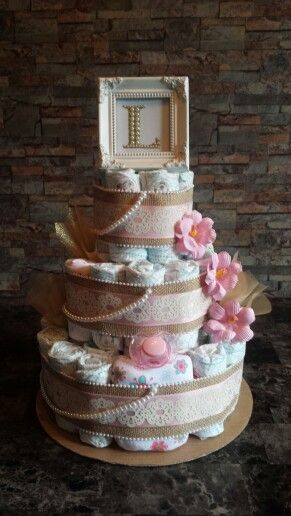 Gâteau de couches vintage shabby chic pour fille. / Vintage diaper cake.