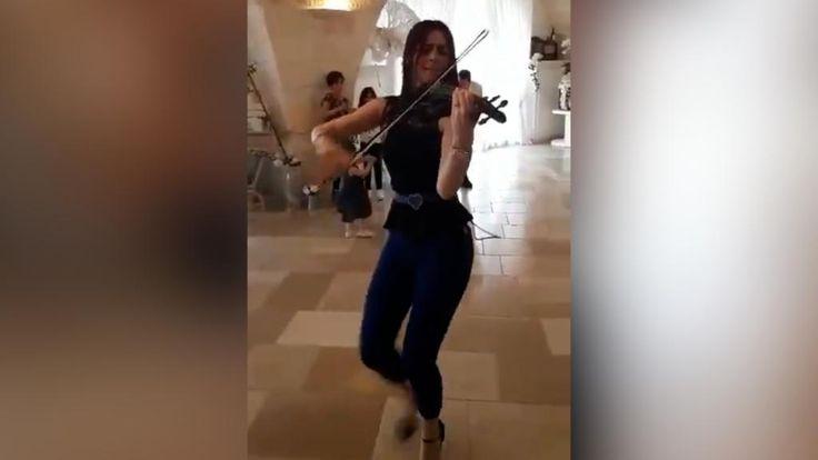 È capitato a tutti di ascoltarla almeno una volta. La hit dell'estate Despacito del cantante portoricano Luis Fonsi non è sfuggita quasi a nessuno ed è diventata subito un brano di culto per milioni di fan online. Come avevamo mostrato in un video pubblicato precedentemente sono centinaia le cover nate in ogni parte del mondo. La versione dell'italiana Chiara Conte, eseguita al violino ballando, è diventata addirittura virale. In pochi giorni, la sua esibizione durante un matrimonio ha…