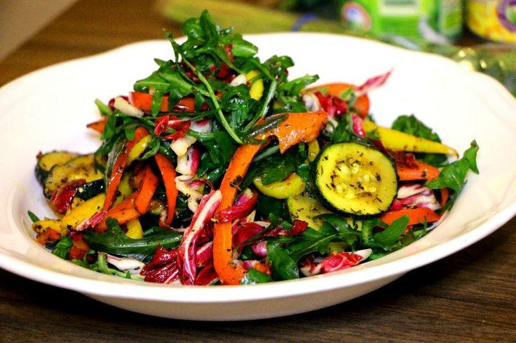 Sałatka z rukolą i grillowanymi warzywami.  Rocket and chargrilled veg salad.