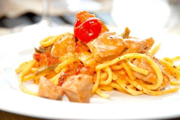 Nem aftensmad med paprikaristet skinkekød, der serveres sammen med pasta i en delikat tomatflødesauce. Foto: Guffeliguf.dk.