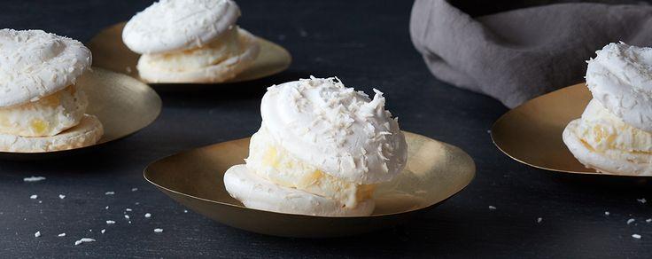 с мороженым - 4 яичных белка   1/4 чайной ложки соли   1 1/2 стакана сахара кондитеров   1 стакан тертого кокоса   1 картонной коробки Haagen-Dazs ® ананас кокосового мороженого