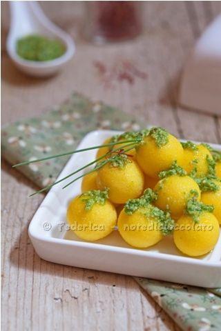 Gnocchi di semolino allo zafferano e pesto di erba cipollina