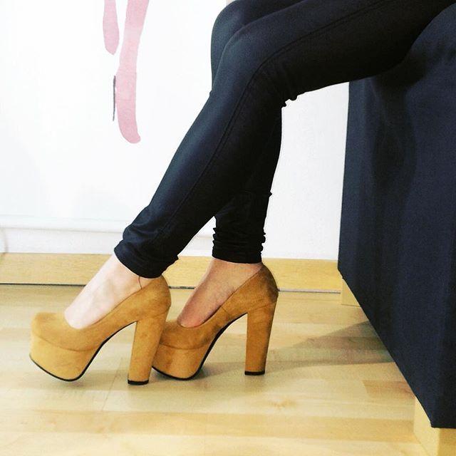 a soli 39,90€ ultimi numeri  #shoes #shoesgram #shoesaddict #sale #sconti #saldi #tacchialti #tacchi #scarpedonna #womans #scarpecoltacco #heels #highheels #senape #camoscio #yellow #fashiongirl #taccolargo #tbt #ferla #siracusa #catania #happy #heels #pretty #fallow #instagood