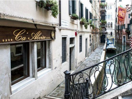 Situato nei pressi del Teatro dell'Opera e dal Teatro La Fenice, l'hotel Ca' Alvise occupa uno storico edificio con interni in stile Barocco veneziano.Pregiati tessuti, specchi, lampadari di Murano, arredi intagliati invitano lospite a rivivere i fasti dell'antica Repubblica marinara.