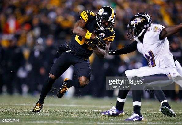 News Photo : Antonio Brown of the Pittsburgh Steelers runs up...