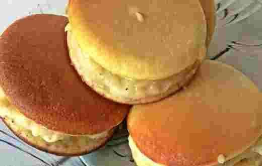 Siapa yang tak kenal dengan kue dorayaki, kuenya si doraemon. Daripada penasaran dengan rasanya, coba saja resepnya ini.