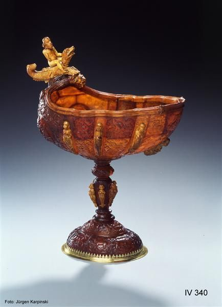Magnificent vessel in the form of a Nautilus sell, H, Jakob (amber carvers), Königsberg, dated 1659. Green Vault. IV 340. Amber different varieties, ivory, silver, gold plated by a wooden rod and foot cuppa are connected. H 34,5 cm, base: 14.5 x 12.0 cm © Dresden State Art Collections 2013