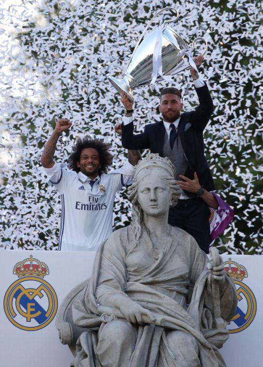 Captain Ramos lifts La Duodécima trophy at Cibeles | June 4, 2017 Madridistaforever - A Real Madrid Blog (semi-hiatus) Champion's league, Marcelo Vieira, campeones,