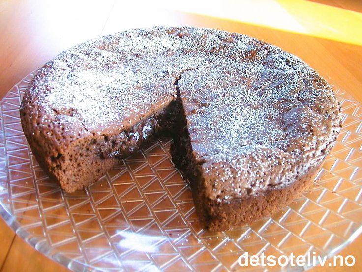 """""""Flytende sjokoladekake"""" er den BESTE sjokoladekaken jeg vet om! Kaken spises godt lunken og da er det nesten som om den har """"innebygget"""" sjokoladesaus. VIDUNDERLIG!!!"""