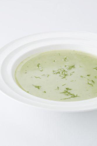 Provençaalse courgettesoep Voor 1,5 l soep 2 takjes tijm 1 tak rozemarijn 6 blaadjes basilicum 2 Flandriacourgettes 1 ui 3 aardappelen 1 eetlepel olijfolie zwarte peper 1,5 l magere kippenbouillon 4 eetlepels magere melk 1 takje verse dille zout
