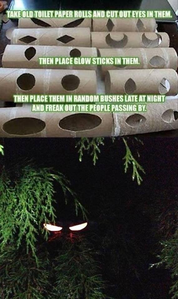 Utilisez des rouleaux de papier toilette pour créer des yeux brillants dans le noir à placer derrière la fenêtre de la chambre de vos enfants.