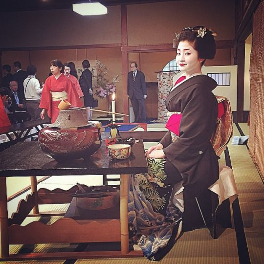 The geiko Satsuki in her first Miyako Odori's tea ceremony as host. The maiko who assist her was the maiko Eriha.