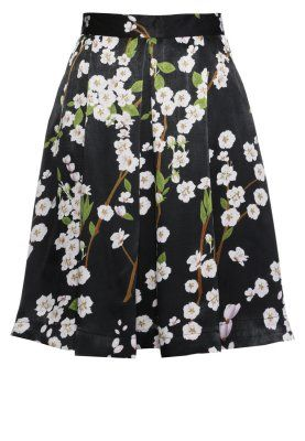 RITZ - Plisséskjørt - black I'm a huge fan of plissè skirts with floral patterns. I would wear this one with a black tank top or a white blouse