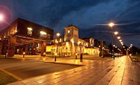 Uroczo oświetlony dworzec w Kutnie