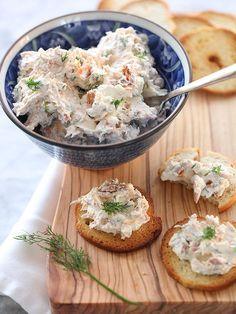 Queso crema con salmón ahumado. | 14 Botanas con queso crema que puedes hacer en menos de 25 minutos