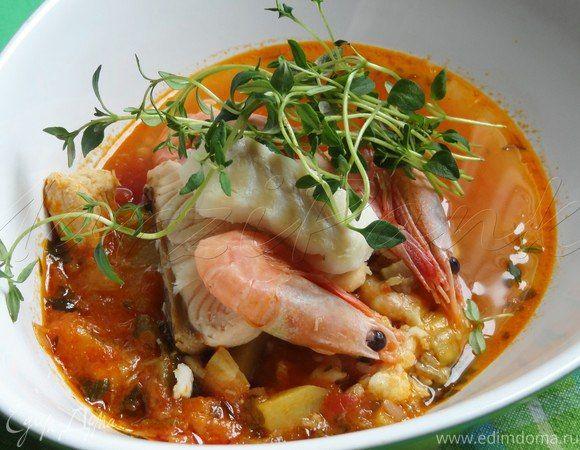 Королевский рыбный суп «Буйабес» (Bouillabaisse)  Достаточно густой и необыкновенно богатый на вкус суп с тушеными овощами и тремя видами рыбы. Подавайте знаменитое французское блюдо горячим с поджаренными багетами и чесночным соусом руй. #готовимдома #едимдома #кулинария #домашняяеда #обед #рыбноеблюдо #суп #буйабес #французский #традиционный #вкусно #ароматно #тривидарыбы #морепродукты