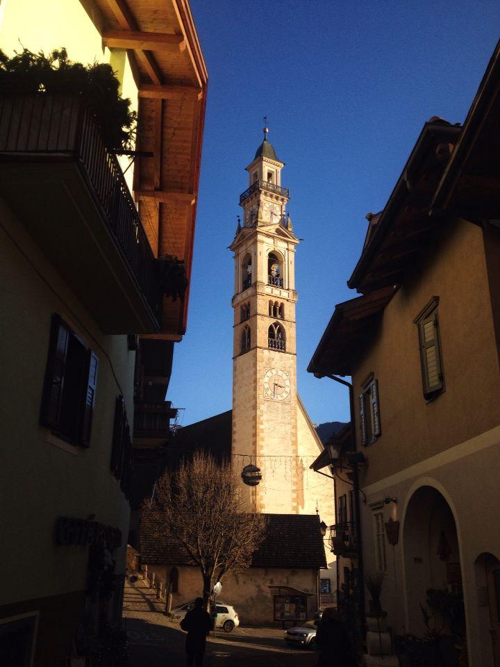 Tesero, paese dei presepi… dettaglio in controluce del centro storico...