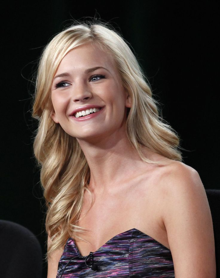 Britt Robertson | Who's Date Who