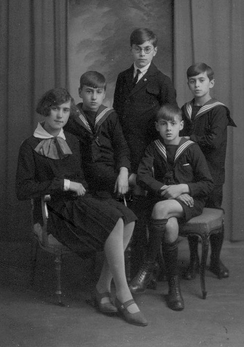 Godfried Bomans en broers en zusje.