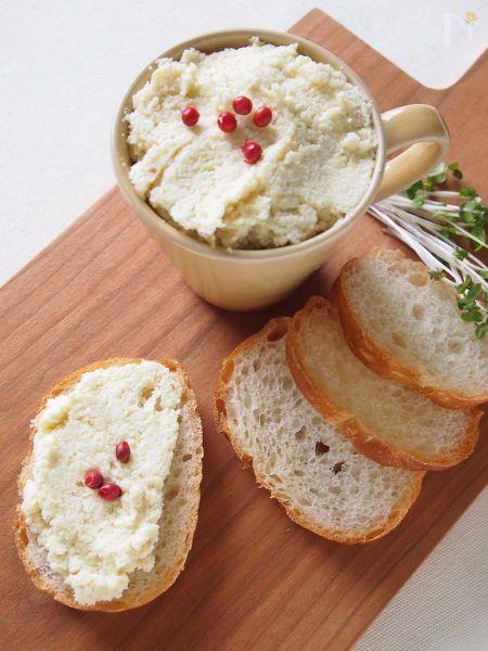身近な材料で作る、手軽なフムス風のヘルシーディップです。  (フムス→中東の伝統料理のひよこ豆ベースのペースト状のもの)  そのままでも、パンにのせたりサンドイッチの具にしたり、野菜にディップしたりといろいろ楽しめます。  おからは和のスーパーフードとも言われる大豆製品。しっかり摂って美容と健康に役立てましょう♪