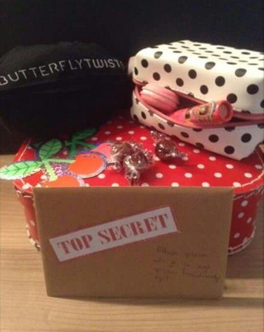 Dit pakketje had ik gemaakt om mijn bruidsmeisjes te vragen.  De foto is toen gemaakt door de ontvangster van het pakketje...waarop ze ook toestemde om mijn bruidsmeisje te zijn. Er zaten wat snoepjes is, kersenstickers,kleurloze lippenstift( vond ik makkelijker dan te gaan twijfelen over kleurtjes), een macarondoosje, make-up tasje, brief  met uitleg en de Butterfly Twists ( ballerinas voor als de zere voeten teveel worden )
