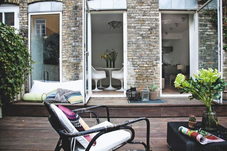 Kom indenfor i et rækkehus med en fantastisk lounge have, stribede tekstiler og kulørte badeværelser