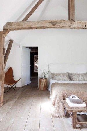mooi die houten balken en brede planken vloer
