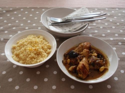 *Marocký kurací tažin s kuskusom*  Všetci, čo ste kamaráti s kuskusom tak ako ja, budete určite nadšení. Toto je taká dobrota!!!    Ingrediencie:  - 1 - 1,5 kg kuracích stehien (je jedno či vrchných, či spodných, či aj aj)  - olivový olej  - 1/2 ČL nasekanej sušenej čili papričky  - 2 cibule, nadrobno nakrájané  - 1/2 ČL soli