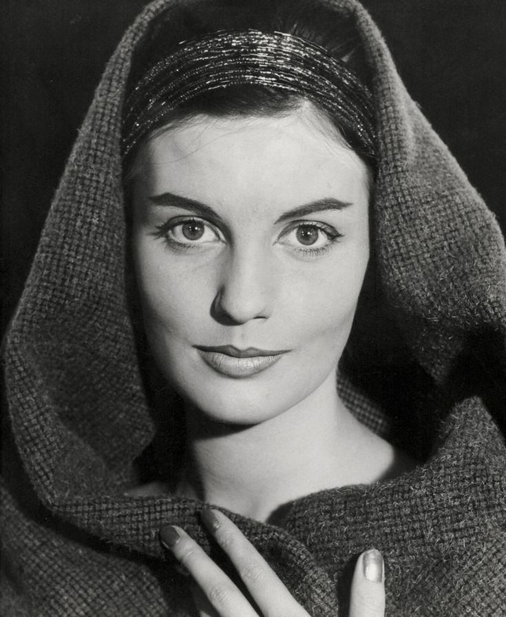 Hoofdbedekking, studio-opname. Portret van jonge vrouw met haarband en sjaal (hoofddoek) om het hoofd. Nederland, 1950-1960.