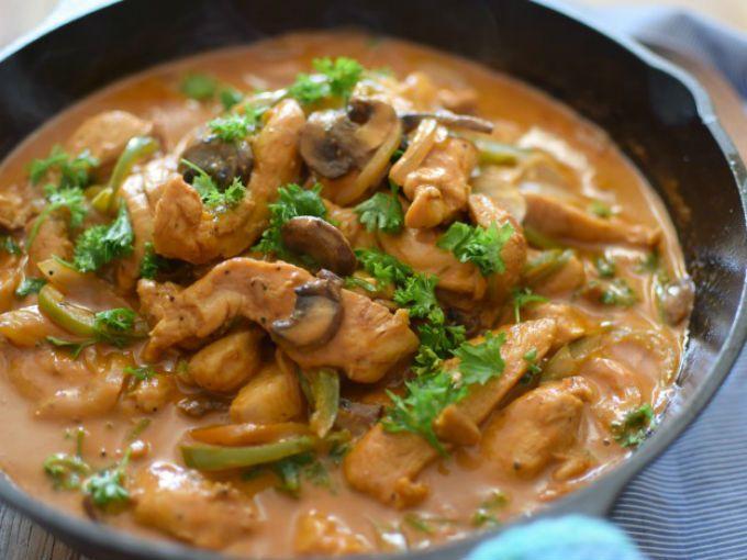 Prepara esta sencilla receta de pollo al Strogonoff, una salsa cremosa acompañada de champiñonesy cebolla, tradicional deRusia.Preparación1. ESPOLVOREA el pollo con el polvo de ajo, sal y pimienta.2. COLOCA la mantequilla en una sartén y fríe el pollo hasta que comience a dorarse.3. AÑADE las verduras picadas y cuece por 5 minutos.