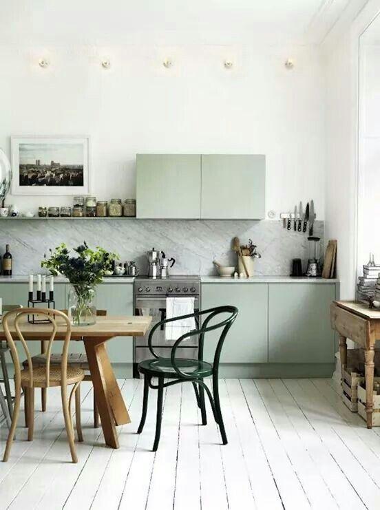 Köksluckor, marmor, trägolv