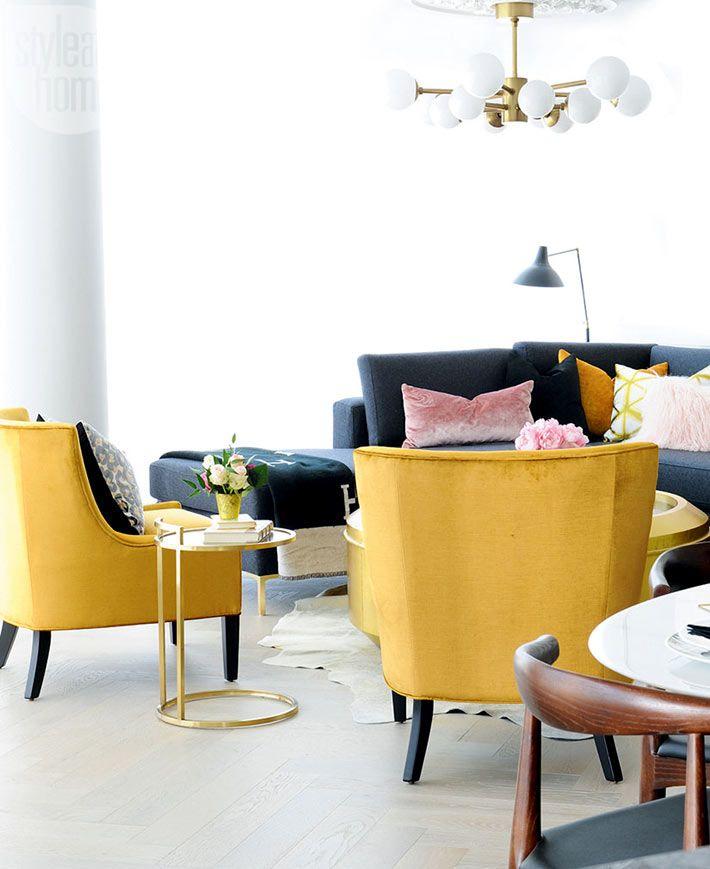 Желтые кресла и черный диван отлично дополняют друг друга в гостиной
