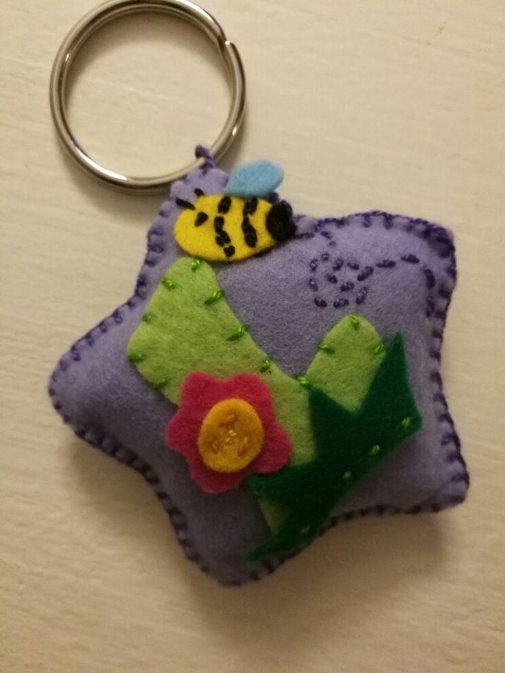 """Portachiavi in pannolenci lettera """"L"""" ape e fiore"""