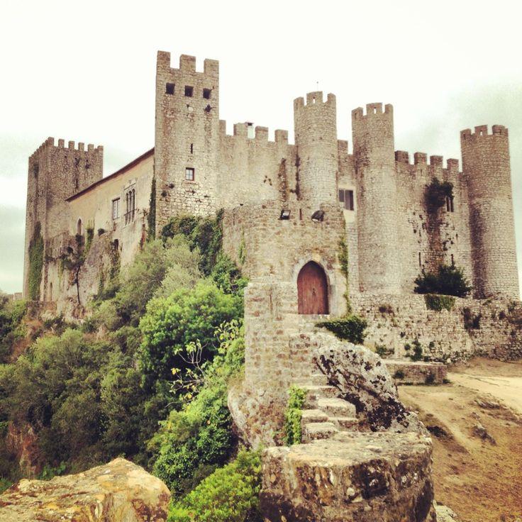 [Óbidos: un paesino portoghese bianco e blu (con un castello!)] Óbidos è un borgo medievale in Portogallo con le porticine colorate e i muri rifiniti di blu. Una cittadina circondata dalle cinta murarie con un castello splendido. Da vedere la sera e la mattina, quando Óbidos è solo la vostra, senza nessun altro.