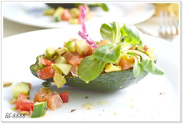 Салат из авокадо с креветками и семгой огурец соленый
