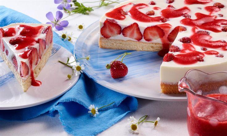 Joghurt-Panna-Cotta-Erdbeer-Torte Rezept: Lockerer Biskuit mit leckerer Sahnefüllung, frischen Erdbeeren und Erdbeersoße - Eins von 5.000 leckeren, gelingsicheren Rezepten von Dr. Oetker!