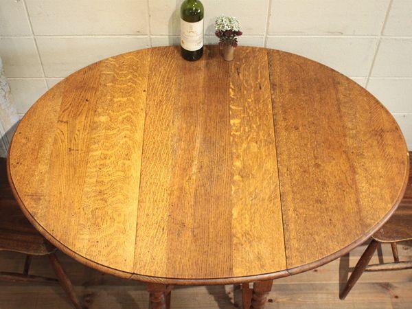 イギリスの蚤の市で見つけたツイストゲートレッグテーブルです。 1930年代頃。オーク材。 アンティーク独特のツイストレッグのデザインが美しい、ゲートレッグテーブル。 ゲートレッグテーブルにもさまざまなタイプがありますが こちらは2人用のダイニングテーブルとしても最適な、 使い勝手の良いスモールサイズのお品になります。 ゲートレッグテーブルとは、甲板が3分割され、 両端は折り畳むことができ、必要に応じ垂れ板を持ち上げ、 ゲートの開き脚を回転させ甲板を支持するテーブルのことを言います。 使用しないときは...