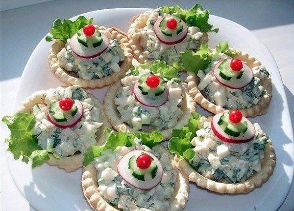 ТОП-7 новогодних закусок. 1. Рулетики из лосося со сливочным сыром Ингредиенты: ломтики ...