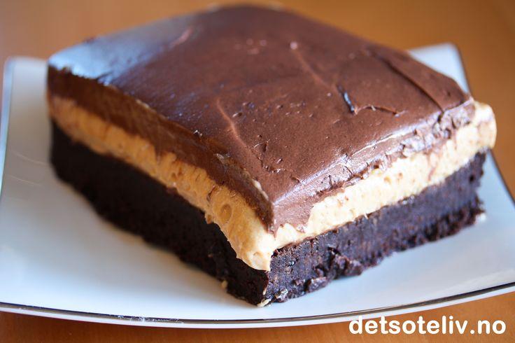 Soft, mørk,bløtBrownie. Kremete peanøttsmørfyll. Enda mer kremete sjokoladekrem på toppen.