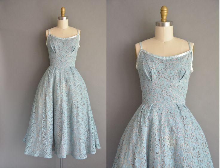 Prachtige vintage jaren 1950 katoenen kant jurk in een prachtige blauwe kleur. Er is een blauwe satijnen trimmen rond de hals en de schouderbandjes. De jurk is voorzien van een prachtige vleiende ingerichte bovenlijfje met een plank bust pasvorm, gesmoord taille en een gratis volledige rok. Er is een metalen rits van kant voor sluiting en de jurk is gevoerd binnen.  ✂---M E EEN S U R E M E N T S---  best past: xs / kleine  Bust: maximaal 34 Taille: 25 heupen: open fit totale lengte: 49 ...