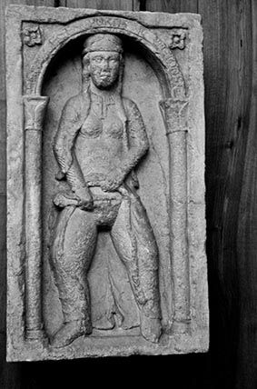 Desde aproximadamente 1171 hasta el siglo XIX, los viajeros que entraban a Milán por el Este eran recibidos por un bajorrelieve de una mujer afeitándose el pubis, en la llamada Porta Tosa