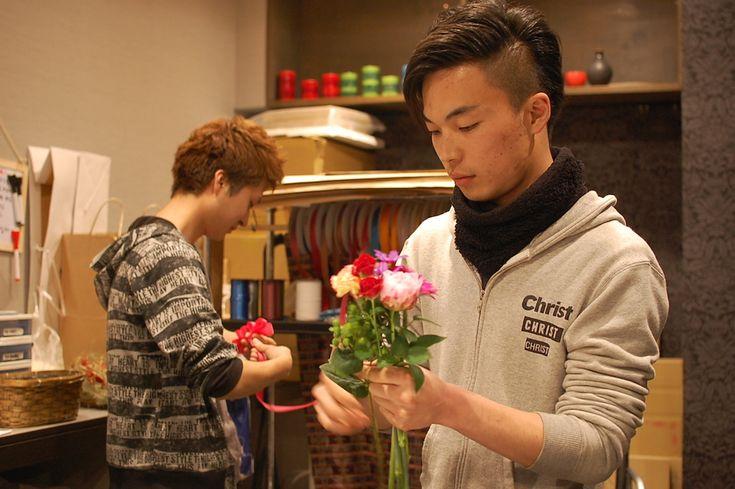八王子にある「FLORAISON」は、男ふたりで切り盛りし「男らしさ」を謳う、ちょっと変わったお花屋さん。百合を置かず、ホストを接客のお手本にするという、そのコンセプトの真相とは?
