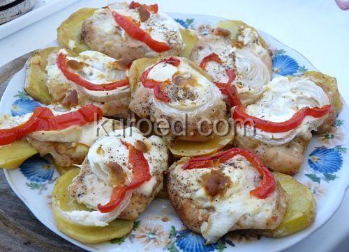 Отбивные из индейки, запеченные в духовке на подложке из картофеля с луком. сметаной и болгарским перцем